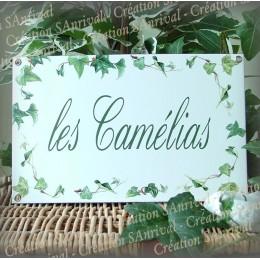Plaque maison personnalisée émaillée blanc décor lierres texte english vert 14x23cm