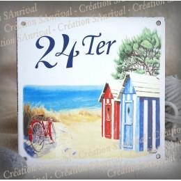 Numéro de rue émaillé décor Cabines rouges et bleues 15x15cm