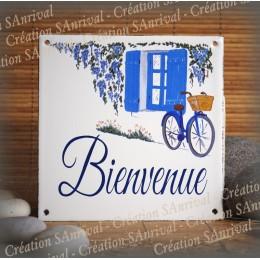 Plaque maison émaillée Bienvenue décor fenêtre et fenêtre bleues