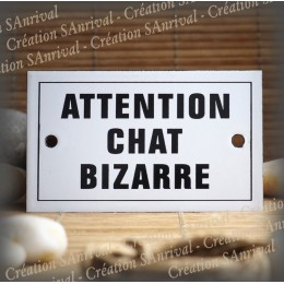 "Plaque émaillée 10x6cm ""Attention Chat Bizarre"" avec filet"